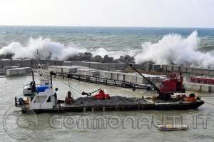 Porto a Diamante in costruzione distrutto dalla mareggiata